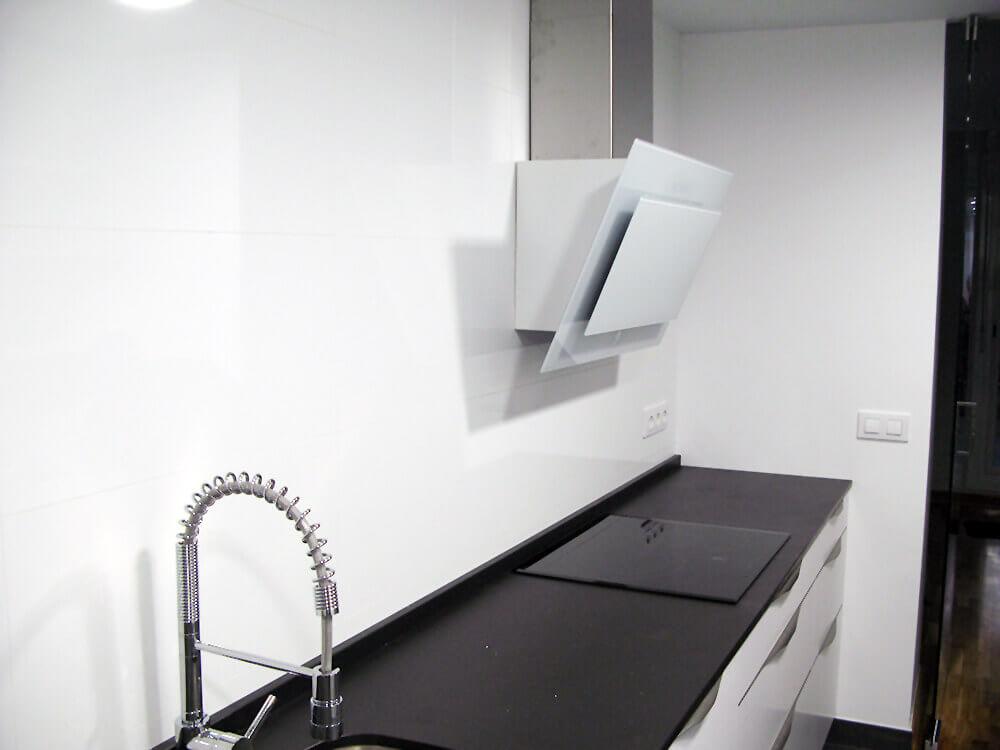 Cocina en blanco seda con tirador a medida de puerta
