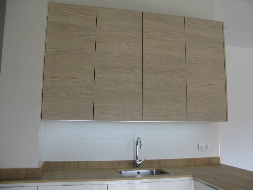 Cocina blanca y madera