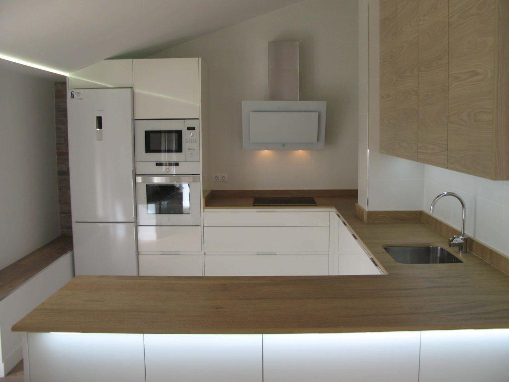 cocina en blanco y madera con encimera simulación madera en Dekton Valterra