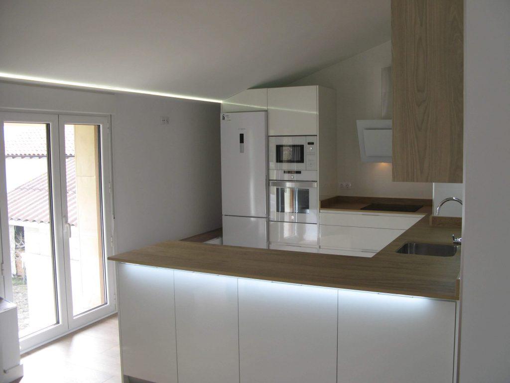 Cocinas con pen nsula en vitoria tierra home design for Muebles de cocina alemanes