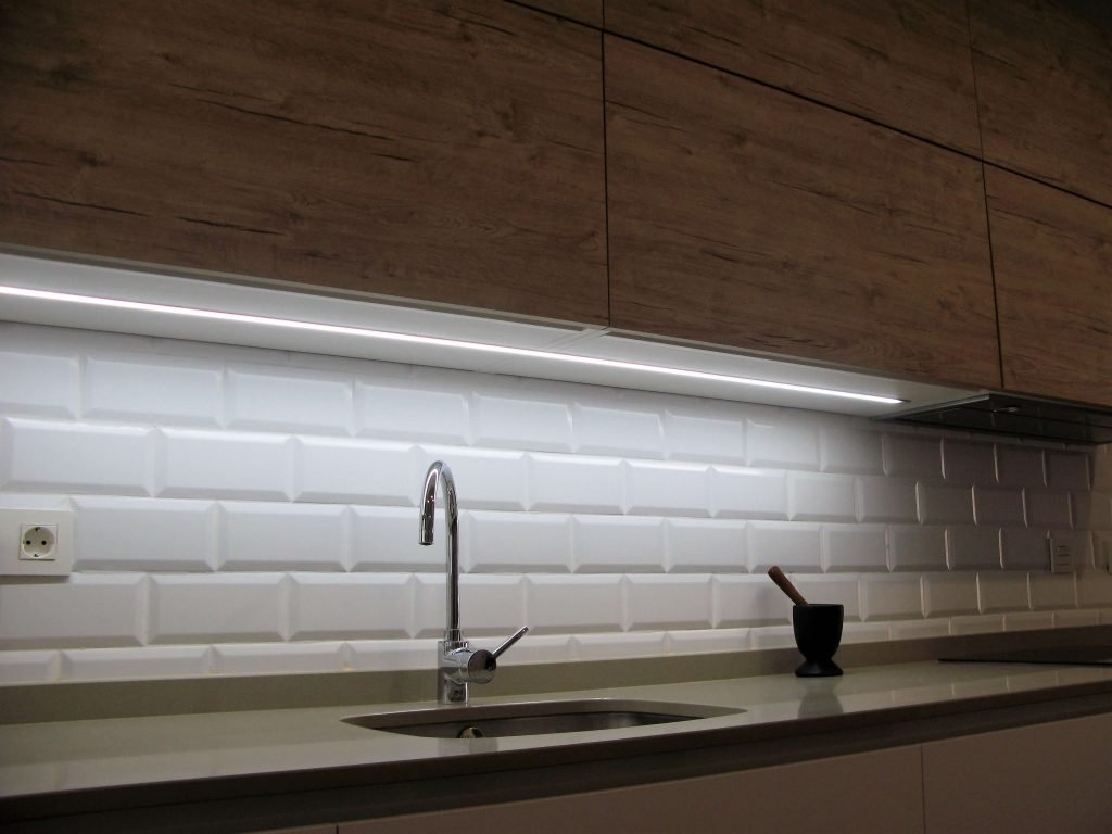 Muebles de cocina en Madera Rustic 2 y blanco. Detalle altos abatibles