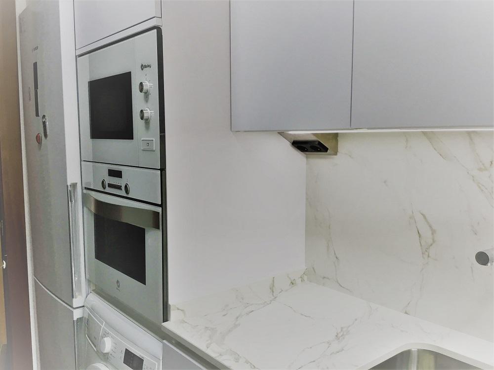 Cocina en blanco seda  extramate con electrodomésticos Balay blancos