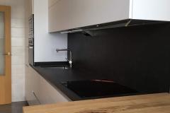 cocina-blaanca-con-gola-y-mesa-de-madera-volada-5-1