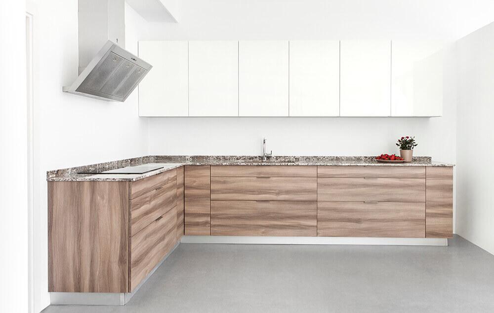 Cocina blanca y madera. Luxe blanco y olmo oscuro