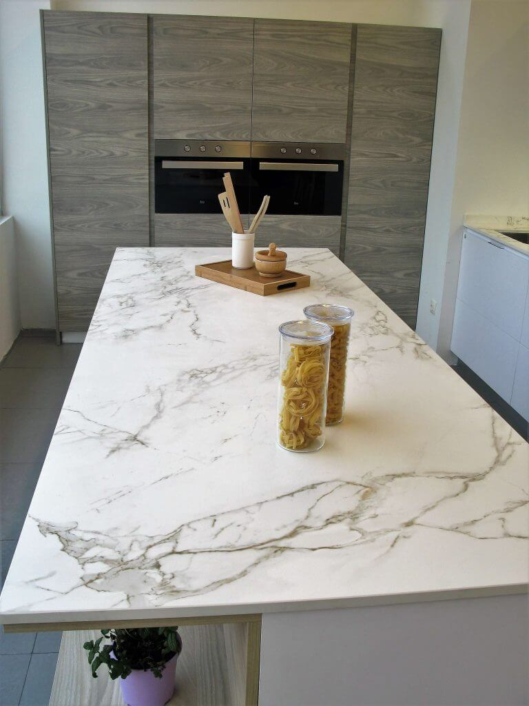 Cocinas dekton modern kitchen by cocinas castillo with for Construir isla cocina
