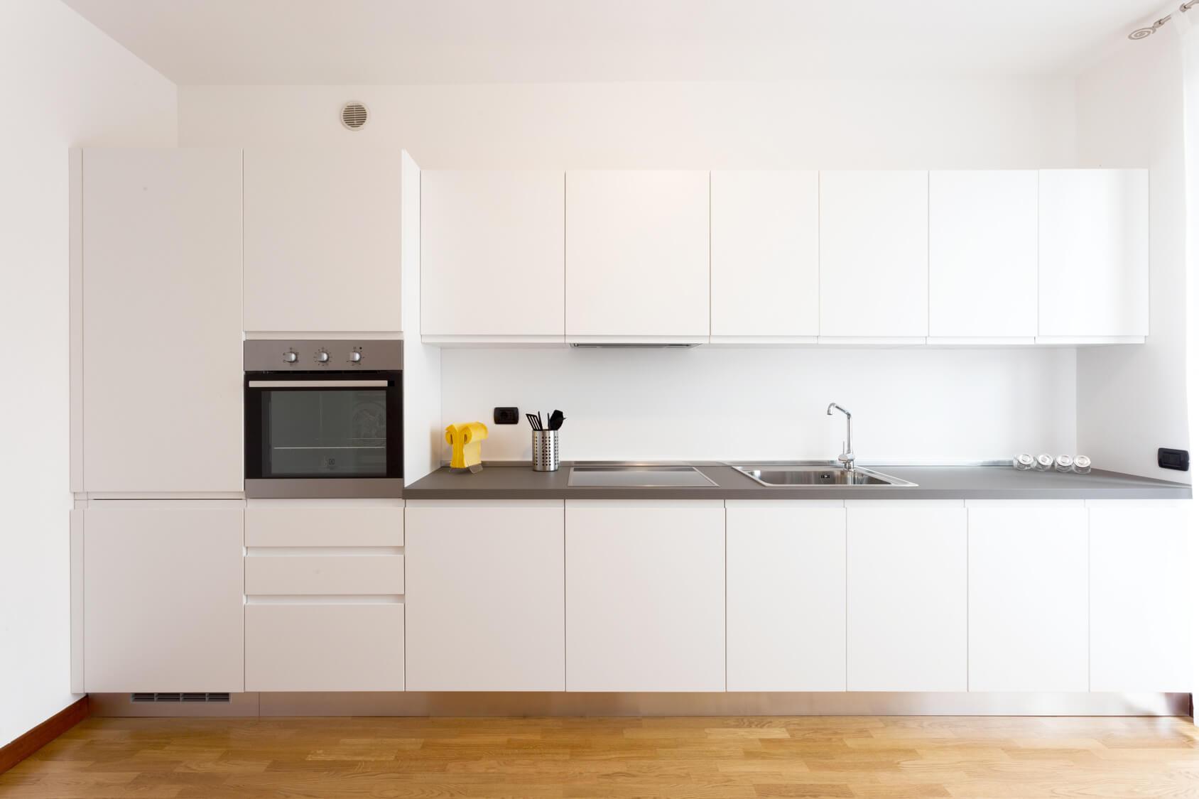 Cocina funcional en puerta canteada blanca y tirador de uñero