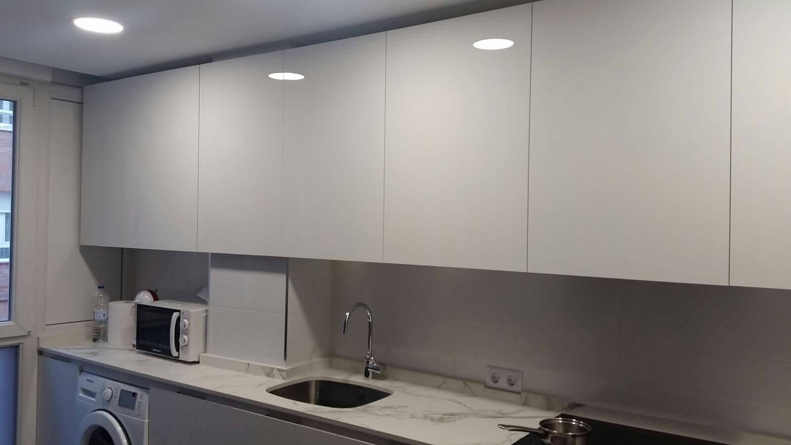 cocina en luxe blanco brillo con tirador gola plana integrado