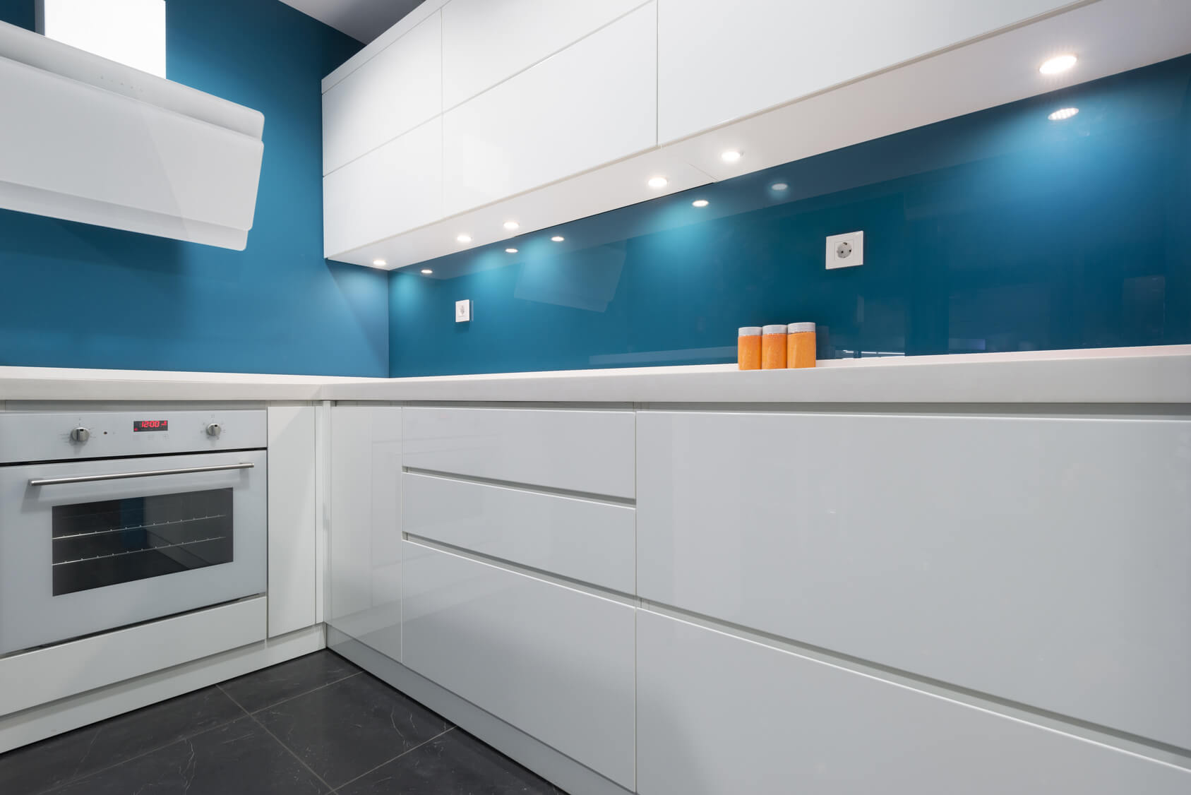 Cocina sin tiradores cocinas vitoria tierra home design for Tiradores para muebles de cocina