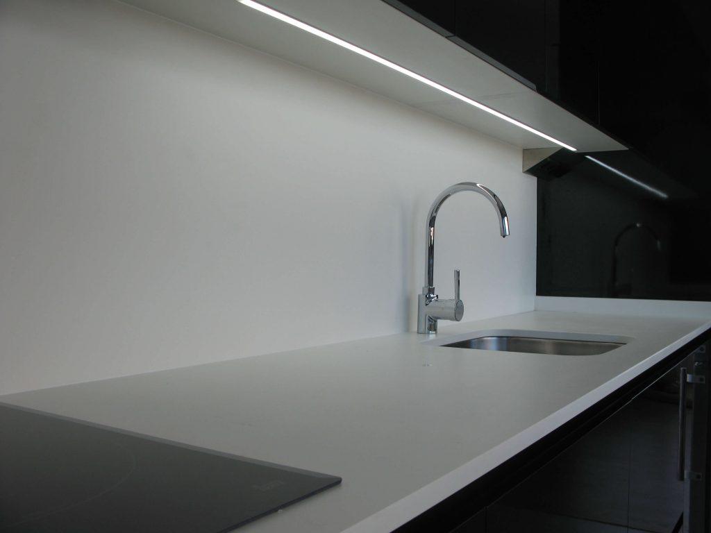 Cocina alargada en negro Duropall brillo canteado en láser. Detalle LED integrado