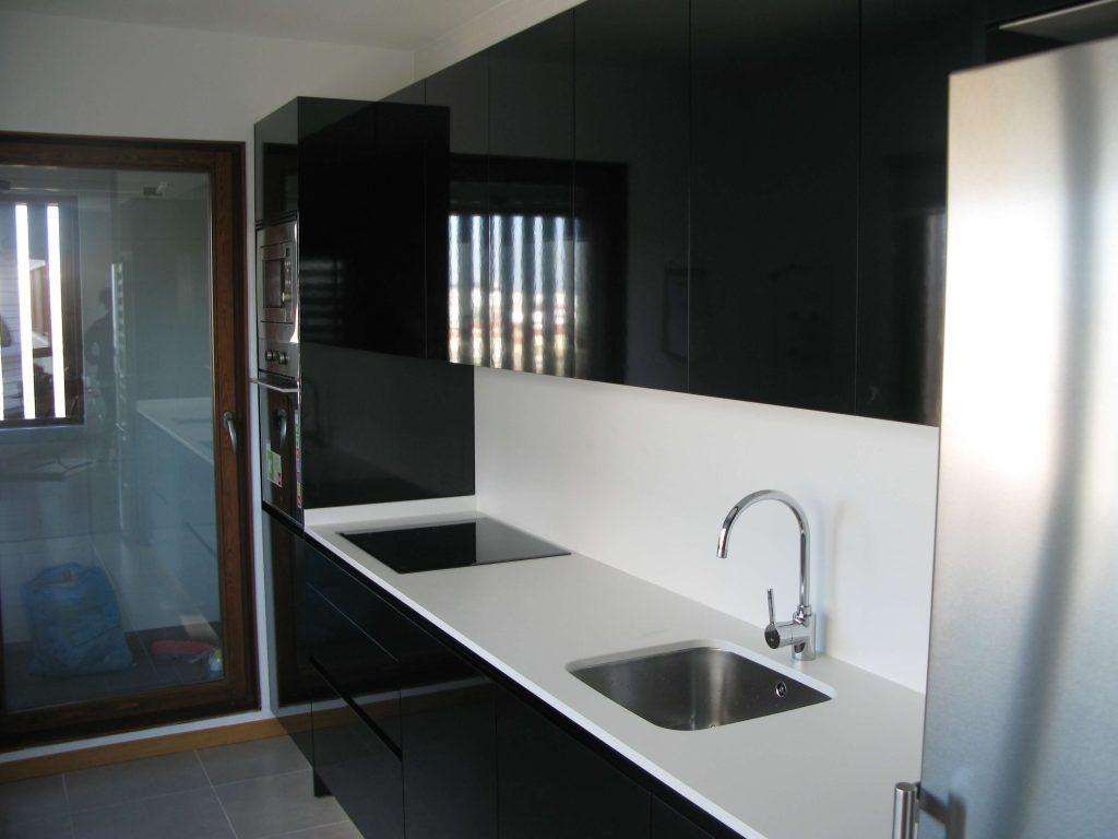 Cocina alargada en negro Duropal brillo canteado en láser. Vista gereral