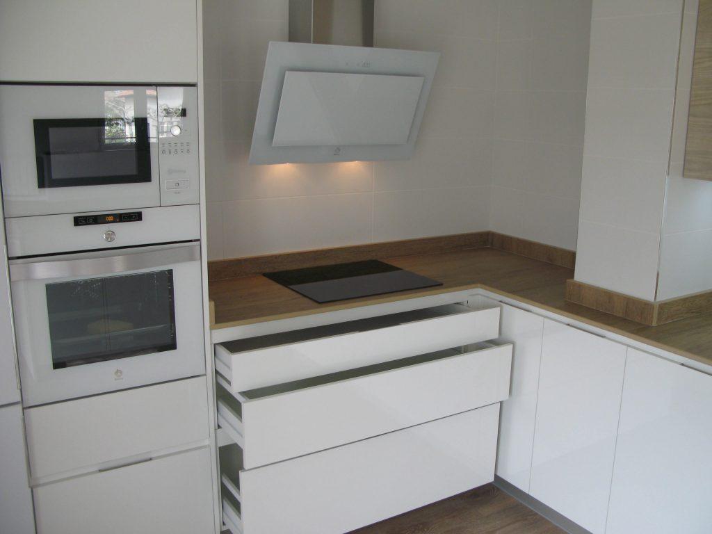 Cocina blanca y madera cocinas vitoria tierra home design for Cocinas vitoria
