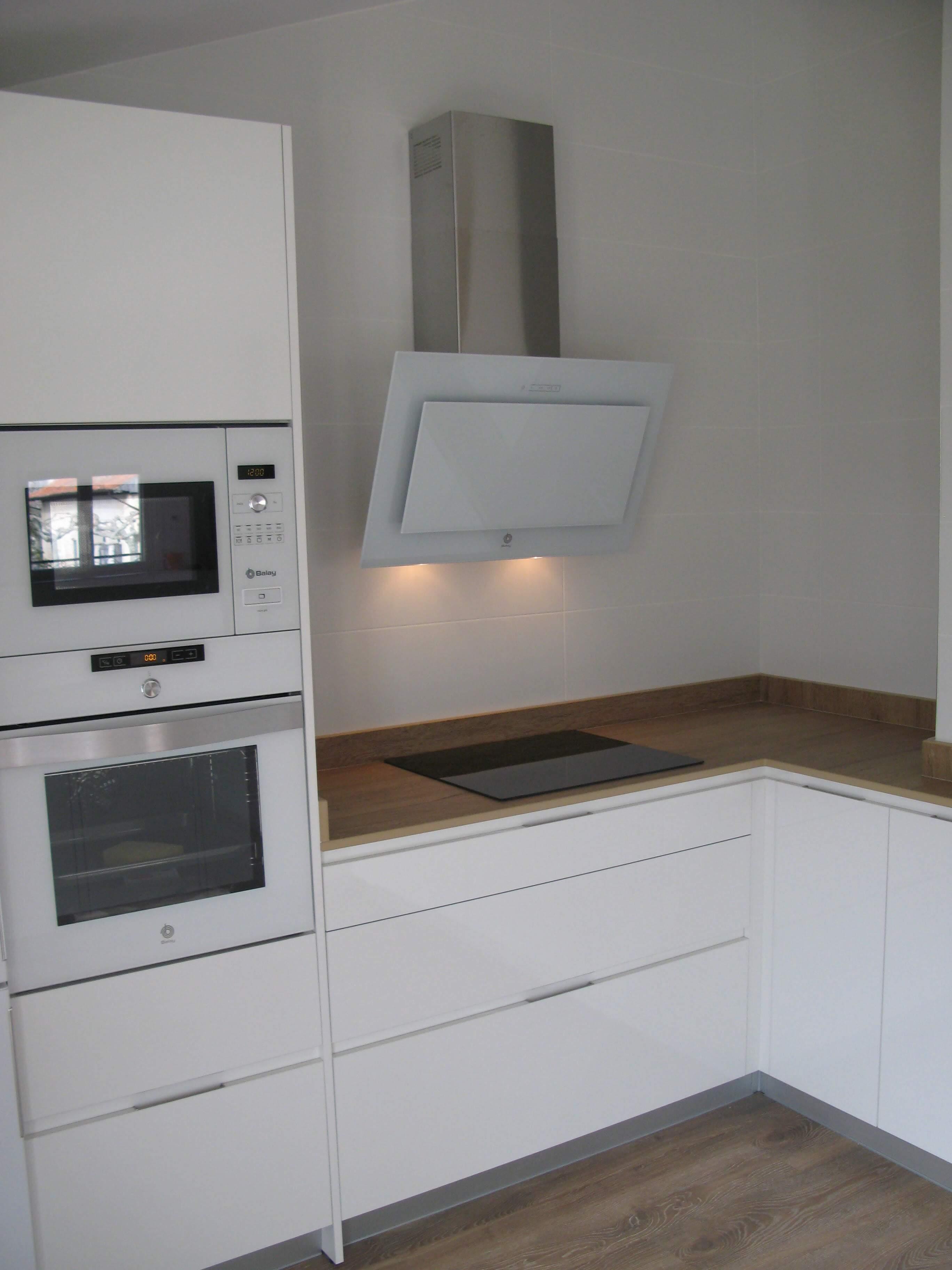 cocina en blanco y meadera con encimera simulación madera en Dekton Valterra