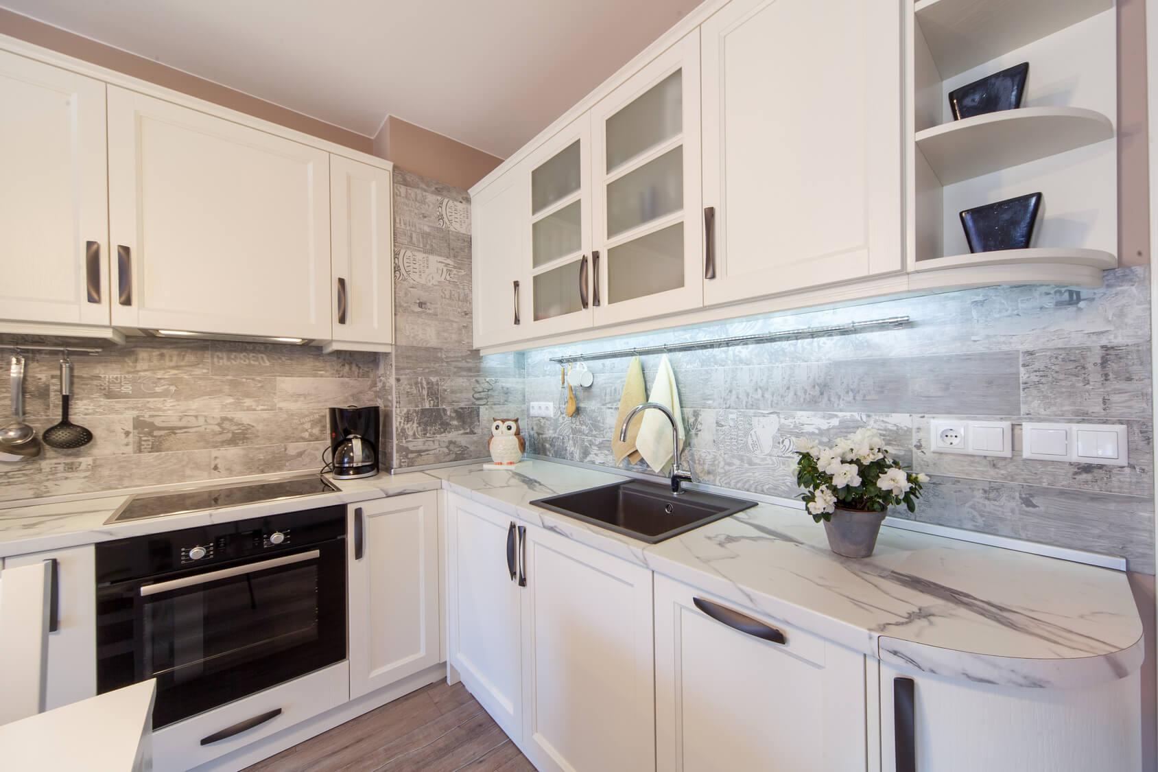 Cocina en puerta enmarcada lacada blanco mate