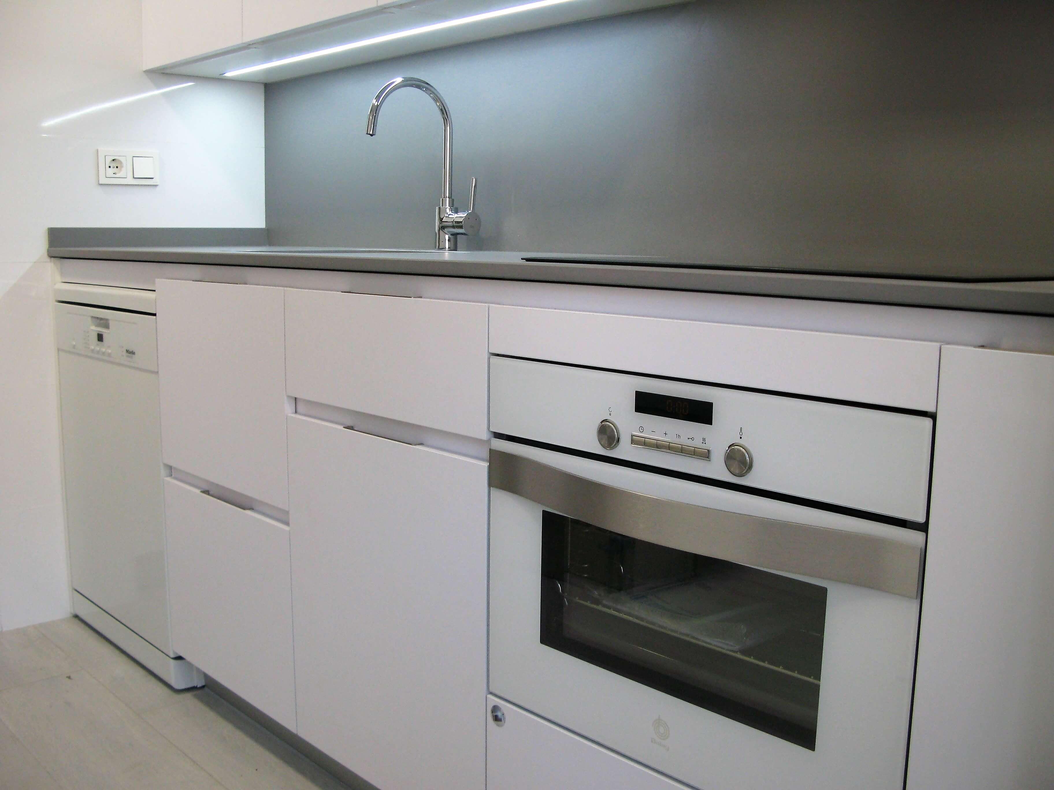 Cocina sin tiradores cocinas vitoria tierra home design for Cocina blanca encimera roja