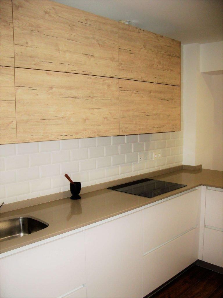 Cocina blanca y madera cocinas vitoria tierra home design for Cocina blanca y madera