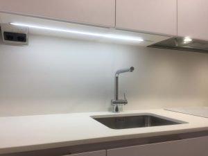 cocina blanca con gola con campana integrada