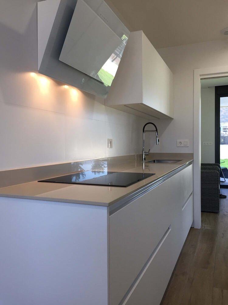 Cocina blanca cocinas vitoria muebles de cocina - Encimera cocina blanca ...