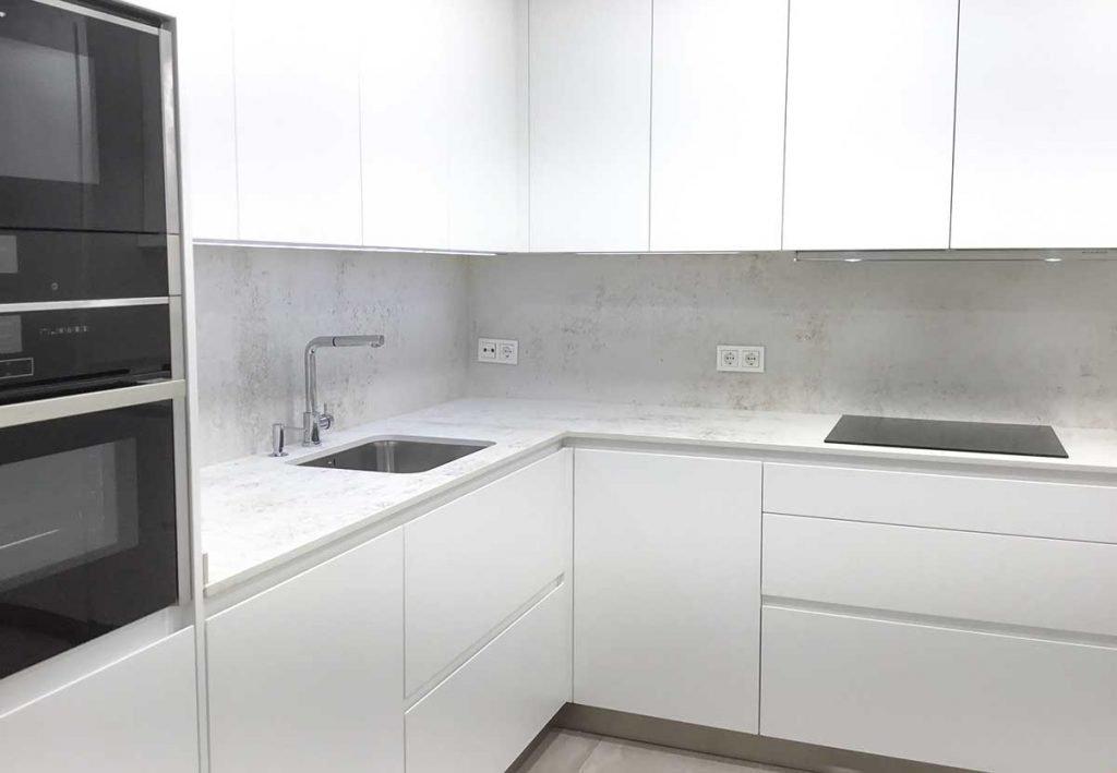 Cocina moderna blanca con iluminación Led