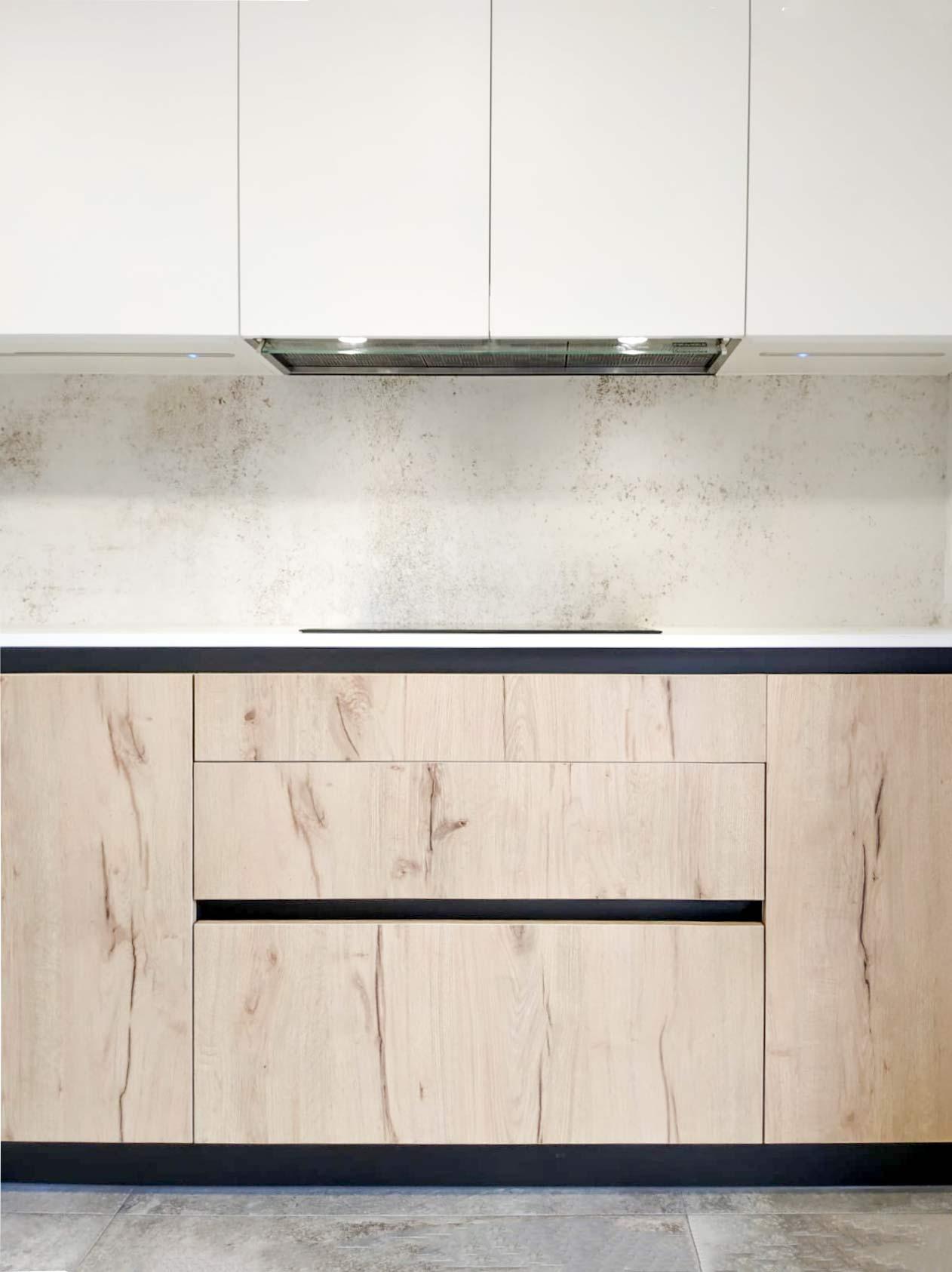 Cocina moderna en color blanco y madera