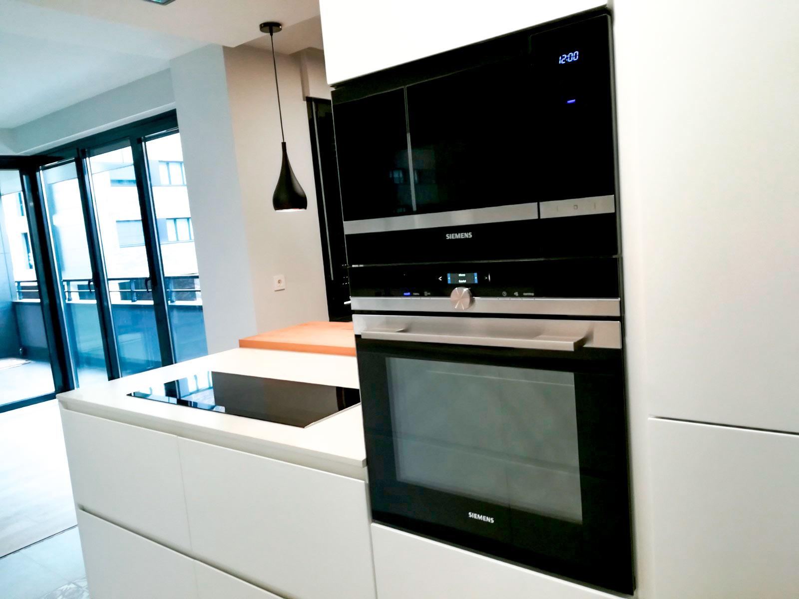 Cocina blanco y negro moderna
