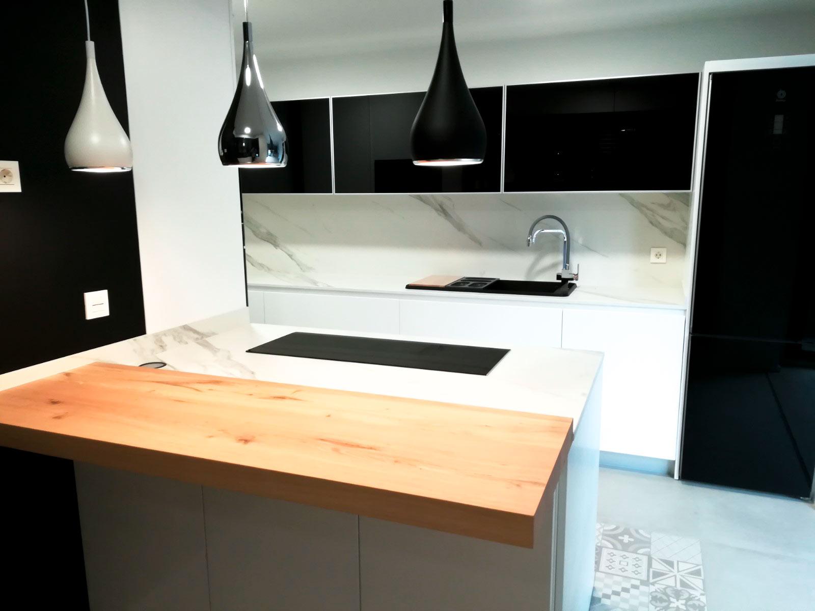 Cocina negra y mesa volada