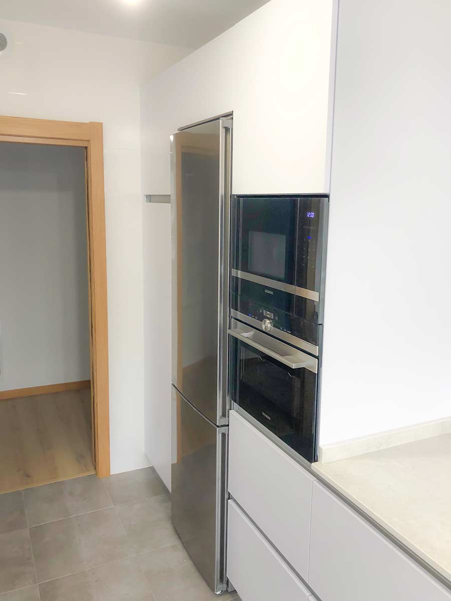 Cocina blanca paralela
