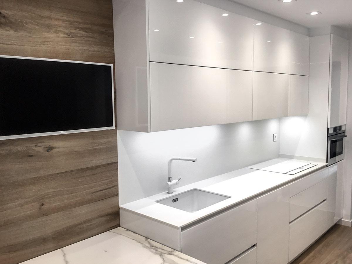 Cocina con pared revestida con paneles de madera