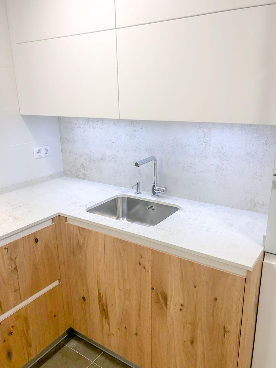 Cocina minimalista blanco y madera