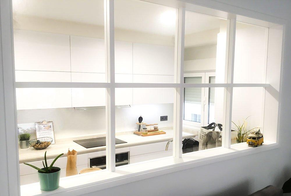 Cocina con ventana y diseño original