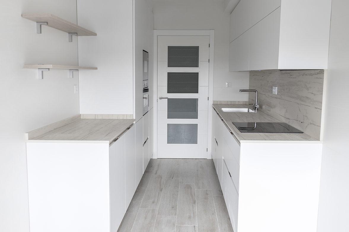 Cocina en blanco y madera con doble encimera