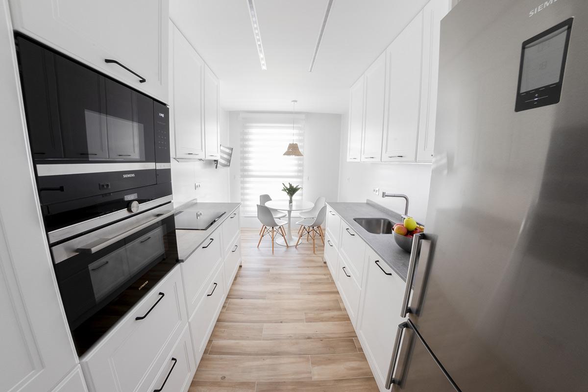 Cocina con tiradores en blanco, negro y gris