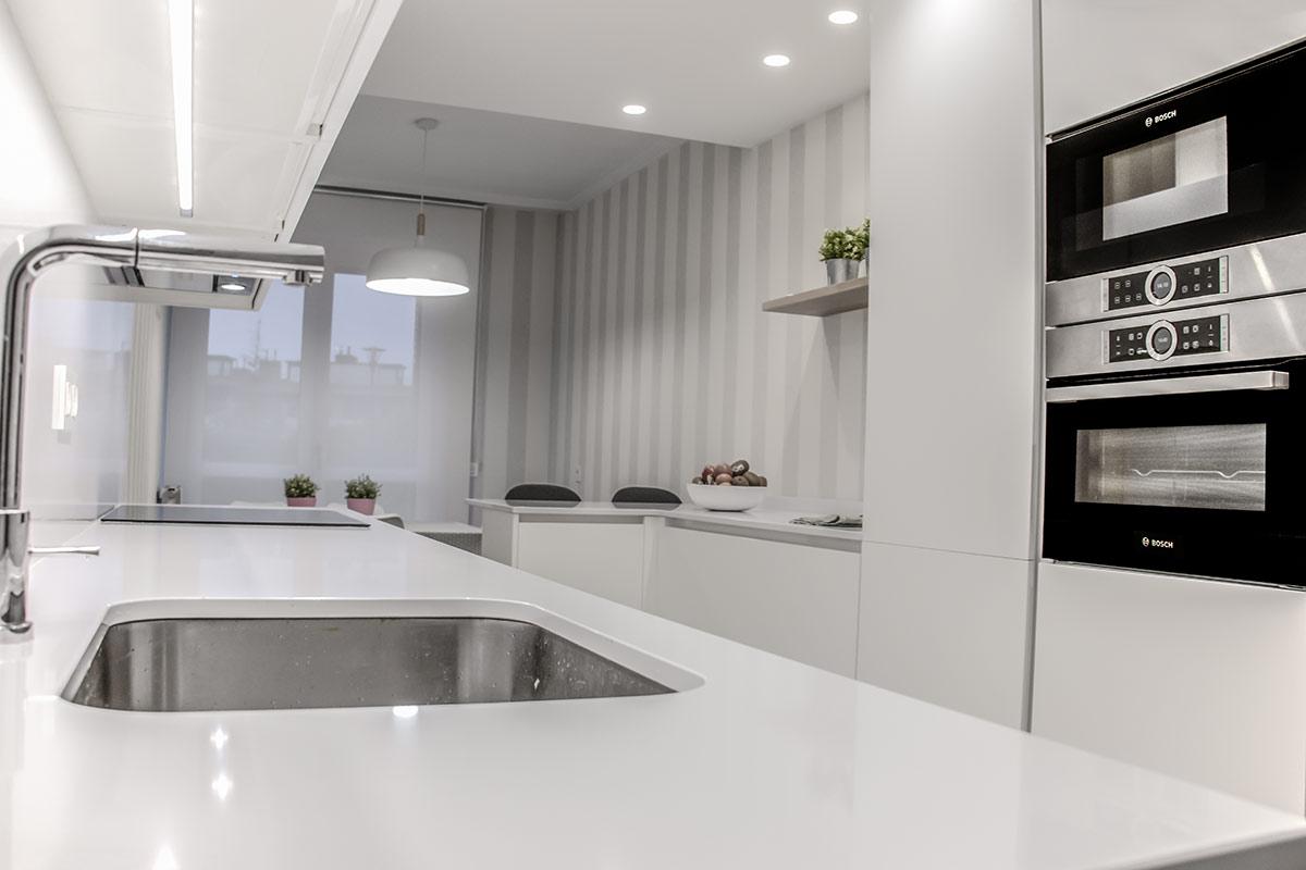 Cocina moderna con barra de desayuno
