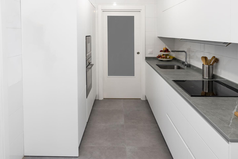 Cocina pequeña en blanco y gris sin tiradores