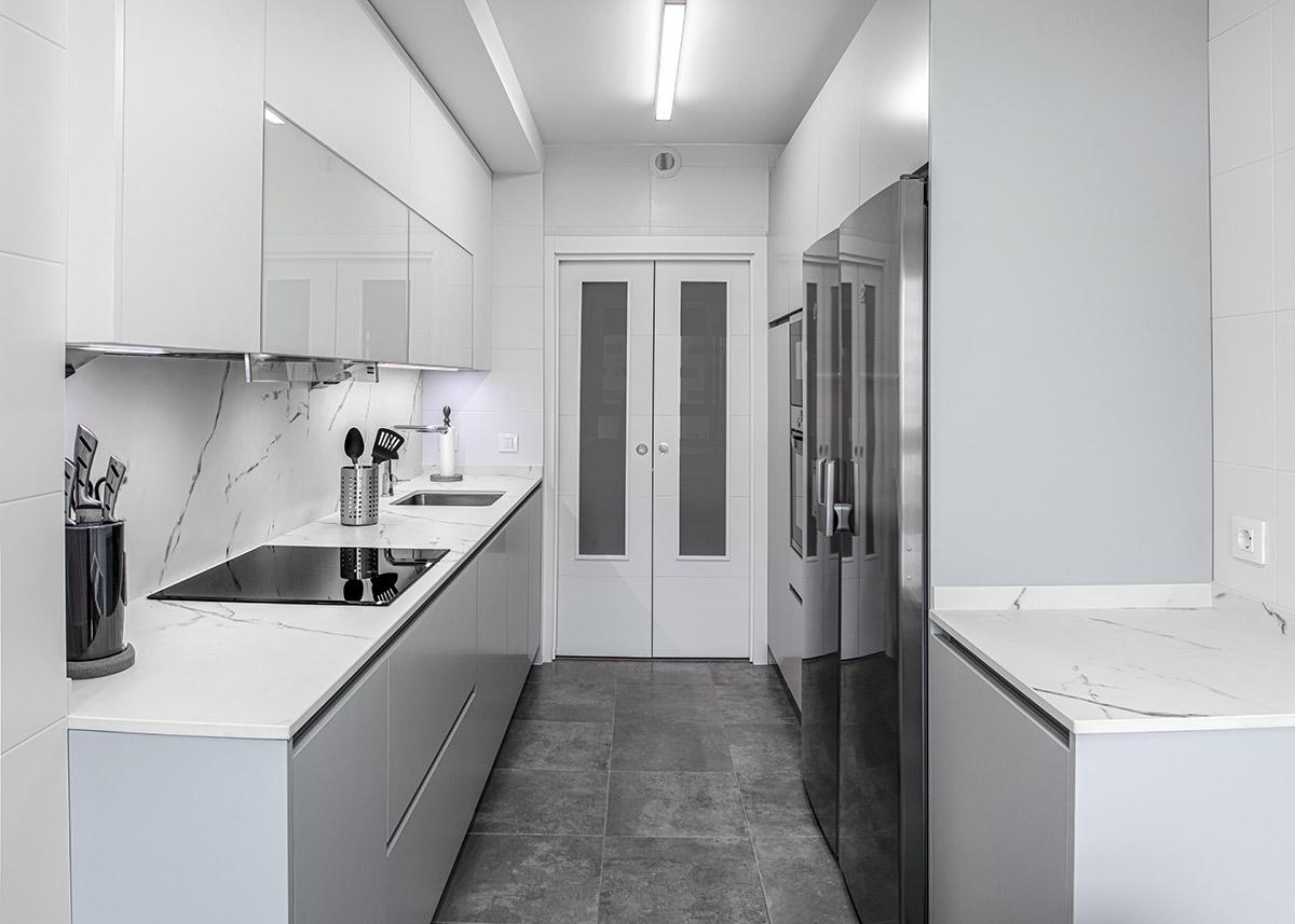 Cocina sin tiradores en gris y blanco