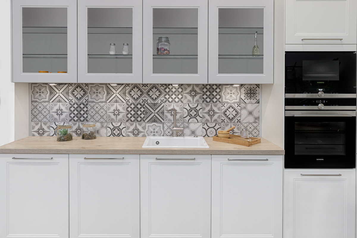 Cocina con tiradores y azulejos de diseño