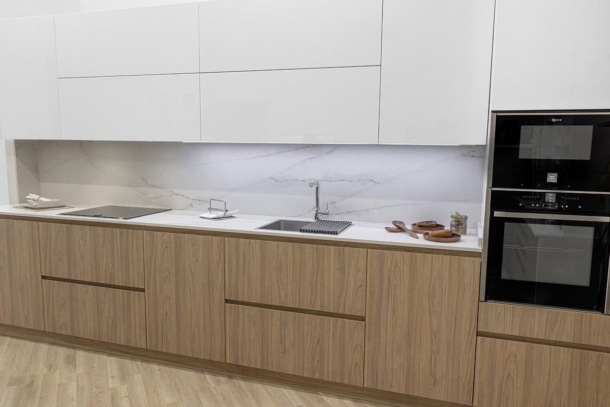 Cocina en madera y blanco y estanterías de diseño