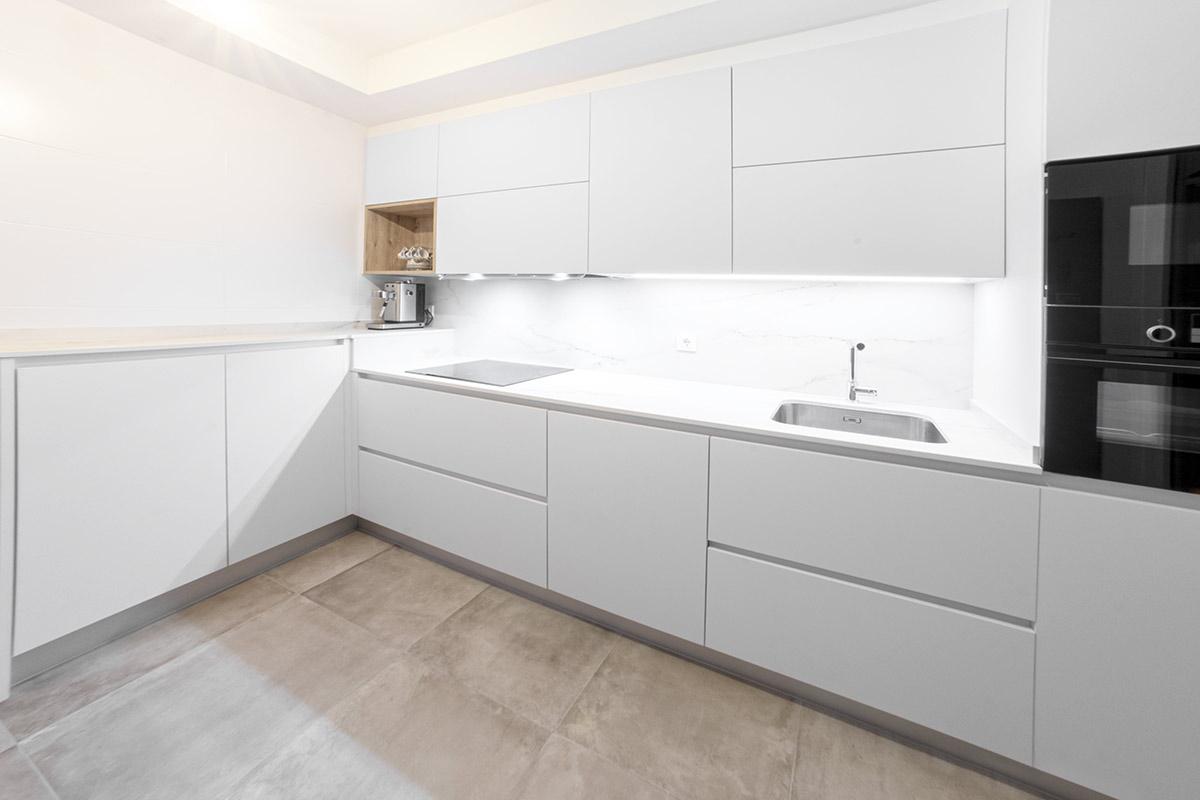 Cocina Blanca sin tiradores y frigorífico externo