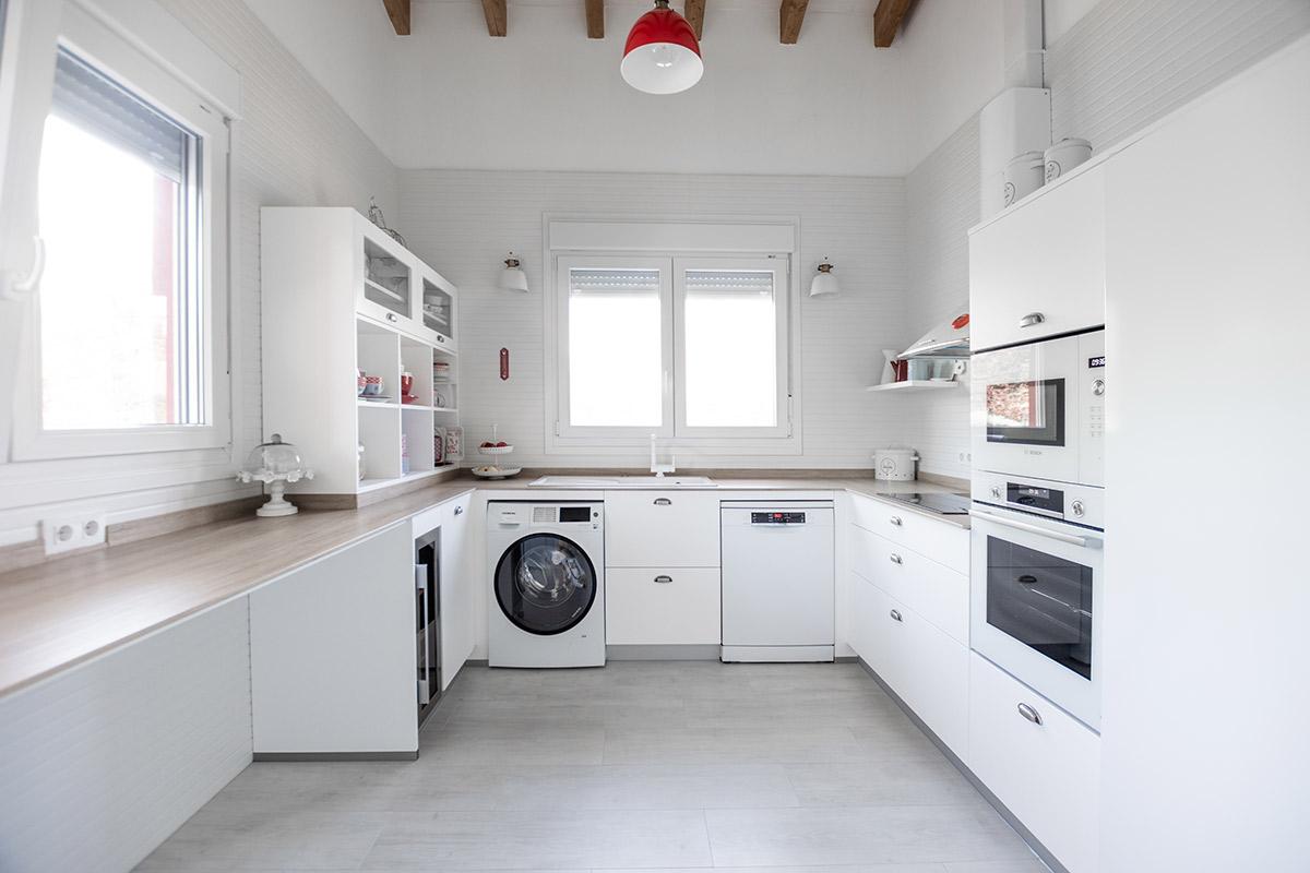 Cocina blanca y madera en forma de U