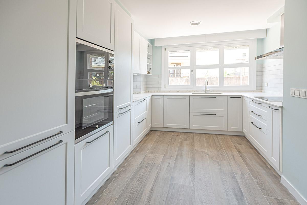 Cocina blanca con tiradores y azulejos tipo metro